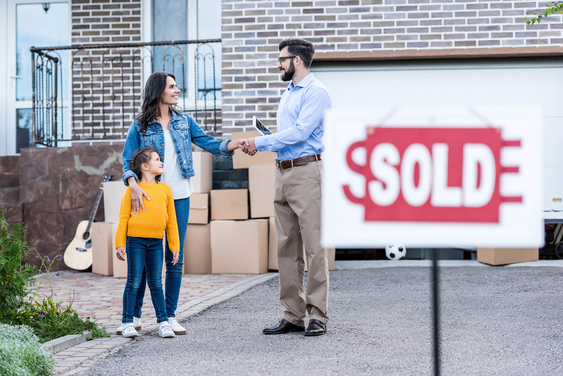agent sold sign family (1)